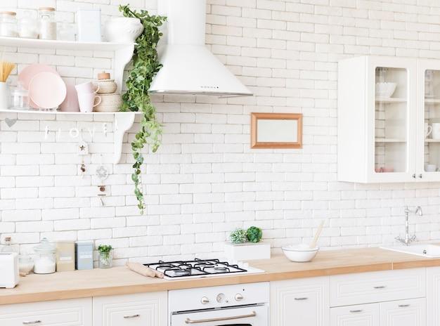 Lichte gezellige moderne keuken Premium Foto
