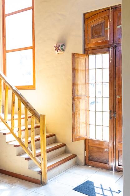 Lichte huisingang met trappen Premium Foto
