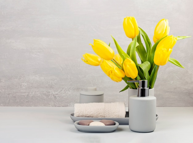 Lichte keramische toiletartikelen van pgray voor bad Premium Foto
