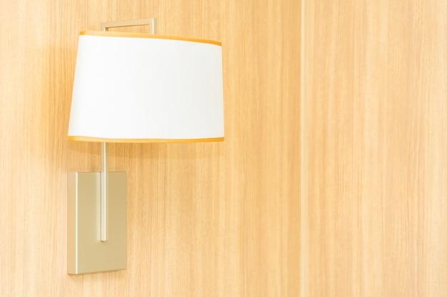 Lichte lampdecoratie op muurbinnenland Gratis Foto