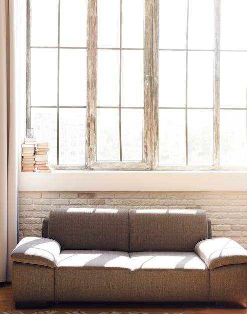 Lichte minimalistische woonkamer met comfortabele bank Gratis Foto