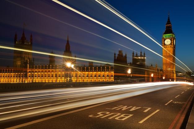 Lichte sporen van voertuigen met in de verte houses of westminster Premium Foto