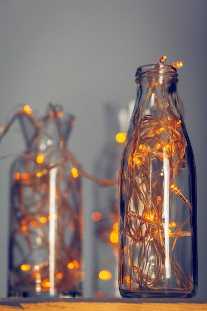 Lichten slinger in een glazen fles op een donkere Premium Foto