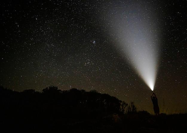 Lichtstraal in de sterrenhemel Gratis Foto