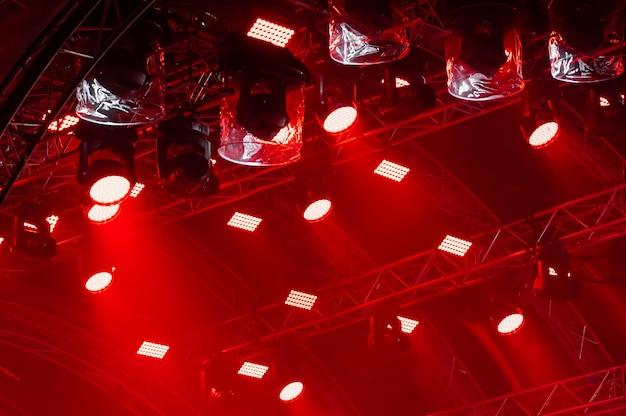 Lichtstralen van concertverlichting op een donkere achtergrond boven het projectiescherm. Premium Foto