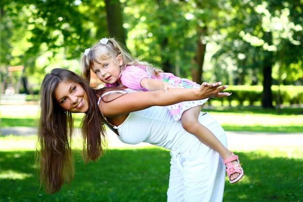 Lief en mooi meisje met moeder Gratis Foto