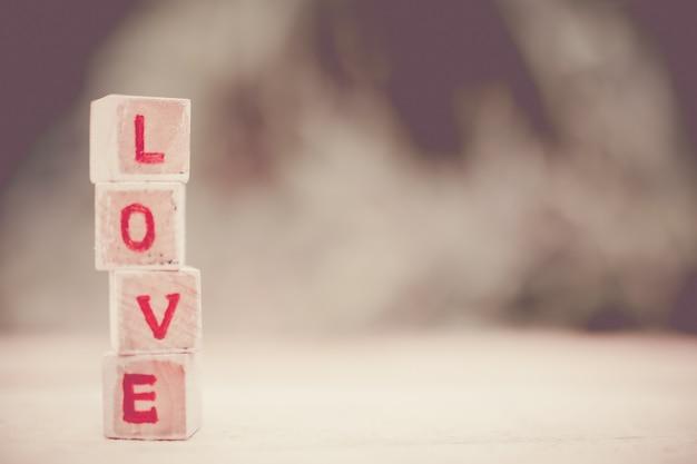 Liefde bericht geschreven in houten blokken. Premium Foto