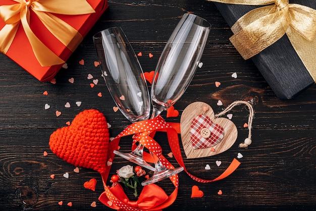 Liefdeelementen, concept voor valentijnsdag. een diner voor twee met twee glazen champagne. Premium Foto