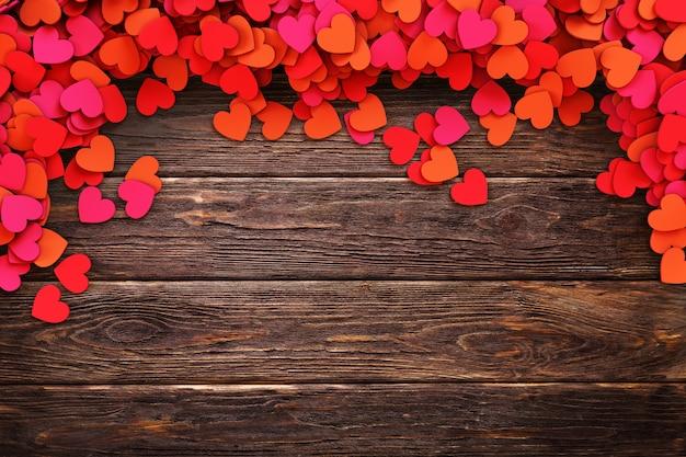 Liefdeharten op uitstekende houten achtergrond. 3d-rendering illustratie Premium Foto