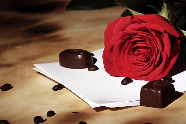 Liefdesbrief en rode roos Gratis Foto