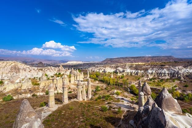 Liefdesvallei in het dorp goreme, cappadocië, turkije. Gratis Foto