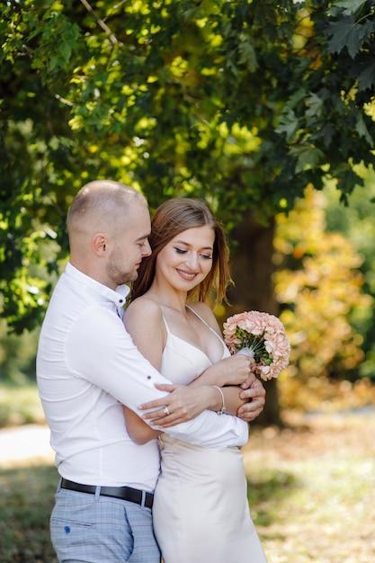 Liefdesverhaal in het park. gelukkig man en vrouw Gratis Foto