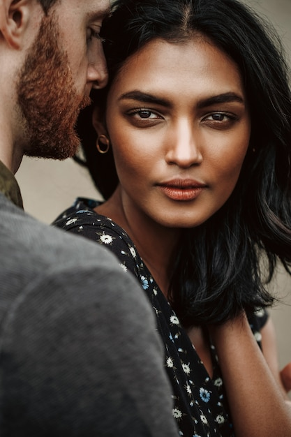 Liefdesverhaal in new york. man kussen jonge indiase vrouw teder en gepassioneerd haar te houden Gratis Foto