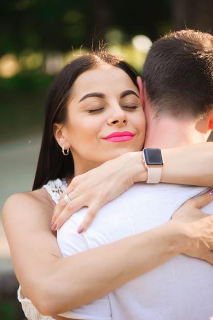 Liefdesverhaal van de mooie jonge man en vrouw Premium Foto