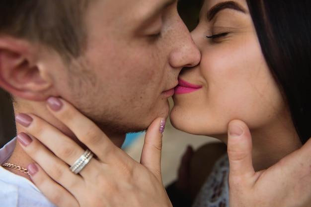 Liefdesverhaal van een jonge man en een vrouw die op aard omhelzen Premium Foto