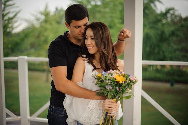 Liefdesverhaal van mooie vrouw en man Premium Foto