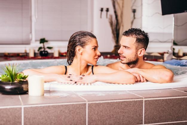 Liefdevol echtpaar in het wellnesscentrum Premium Foto