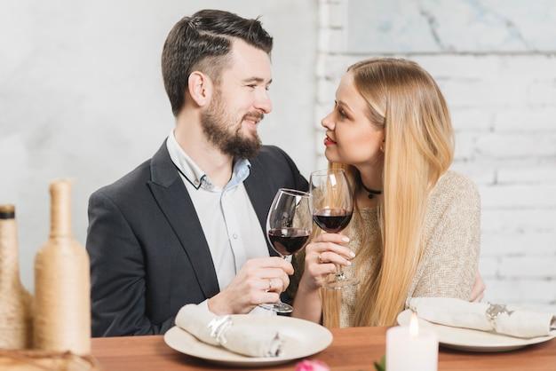 Liefdevol paar rammelende met een bril op het diner Gratis Foto