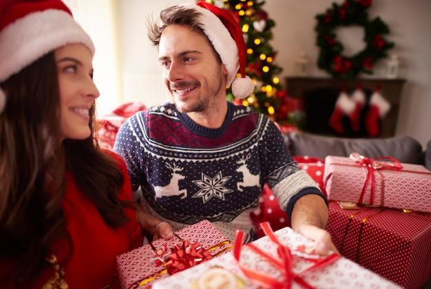 Liefdevol stel tijdens de kerst Gratis Foto