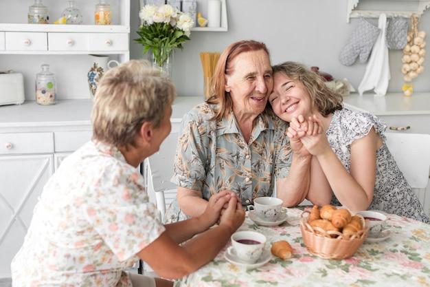 Liefdevolle drie generatie vrouwen samen tijd doorbrengen thuis Gratis Foto