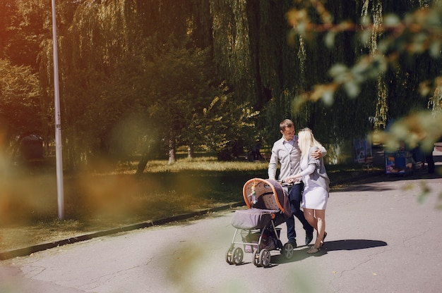 Liefdevolle familie besteding van de middag in het park Gratis Foto