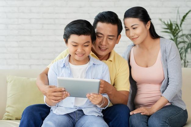 Liefdevolle familie genieten van rustige avond Gratis Foto