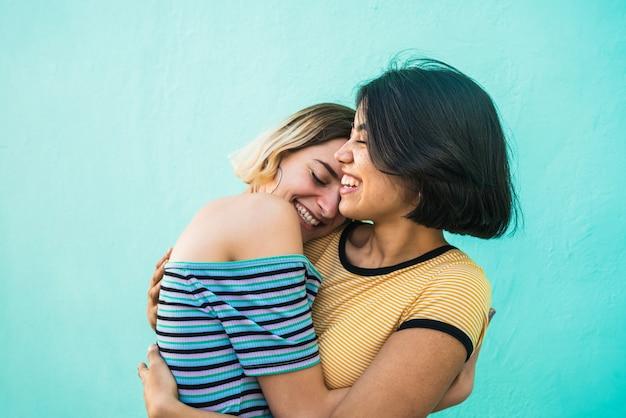 Liefdevolle lesbisch koppel knuffelen. Premium Foto
