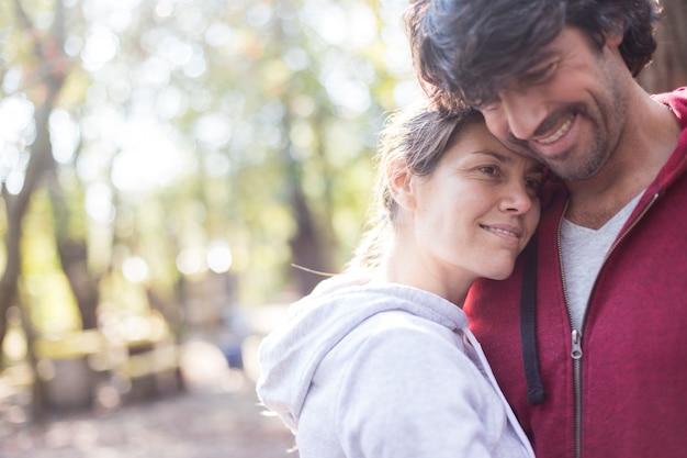 Liefhebbende vrouw met haar hoofd op de borst van haar vriendje Gratis Foto