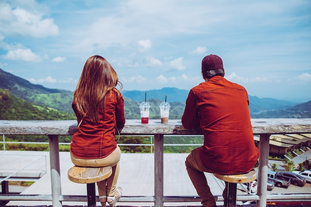 Liefhebbers kijken naar het prachtige uitzicht. gelegen op de berg. bestaat uit mensen die komen Premium Foto