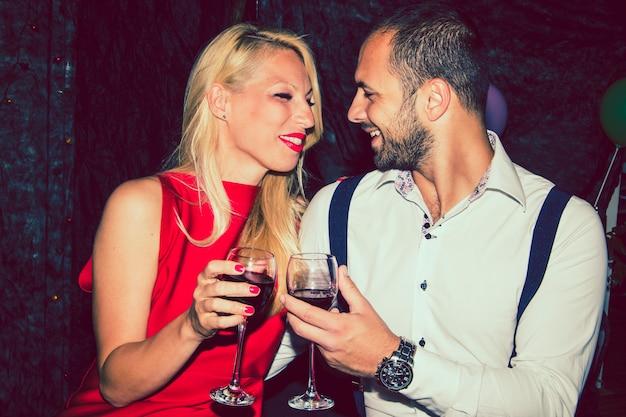 Liefhebbers met wijn bij het feest Gratis Foto