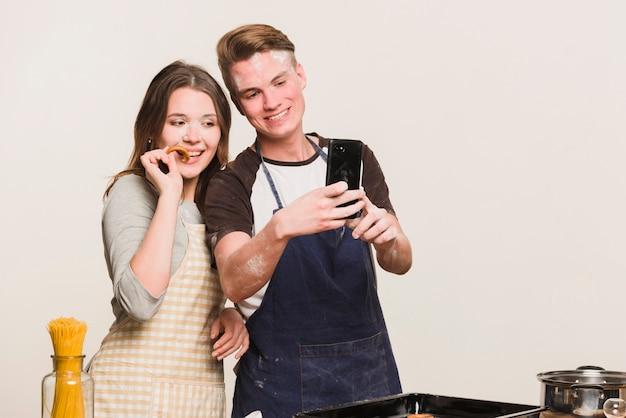 Liefjes die foto in keuken maken Gratis Foto