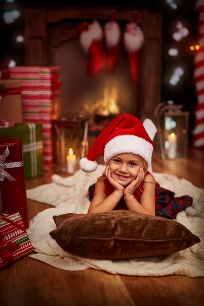 Lieve kleine kerstman ontspannen op kerstavond Gratis Foto
