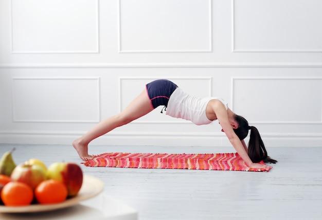 Lifestyle. mooi meisje tijdens yogaoefening Gratis Foto
