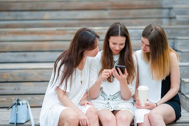 Lifestyle selfie portret van jonge positieve meisjes plezier maken en selfie maken. concept van vriendschap en plezier met nieuwe trends en technologie. beste vrienden die het moment bewaren met moderne smartphone Premium Foto