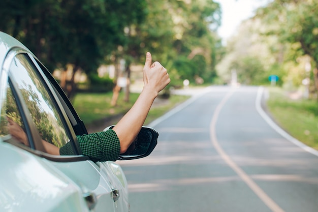 Liftende man. toerist liftende zittend in de auto op de weg Premium Foto