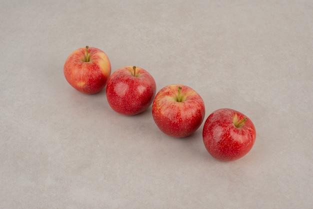 Lijn van rode appels op witte achtergrond. Gratis Foto