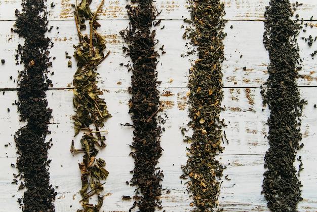 Lijnen gemaakt met droge theekruiden op wit bureau Gratis Foto