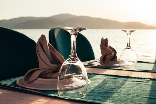 Lijst die bij strandrestaurant wordt geplaatst op zonsondergang Premium Foto