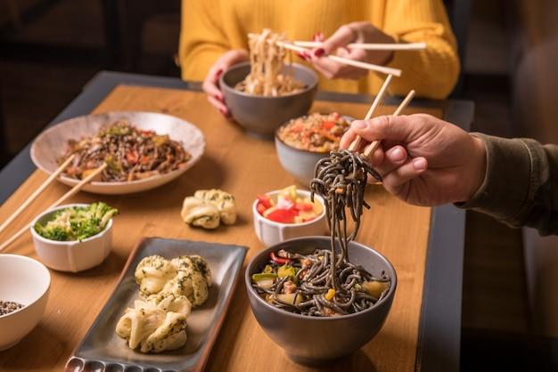 Lijst met assortiment van aziatisch eten Gratis Foto