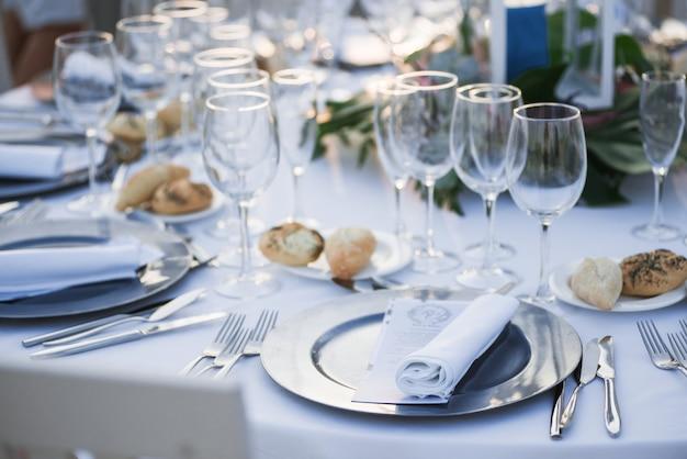 Lijsten die voor een gebeurtenispartij of een huwelijksontvangst worden geplaatst. Premium Foto