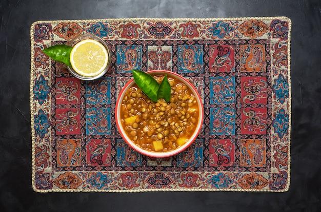Linzensoep. adasi perzische soep met linzen. Premium Foto