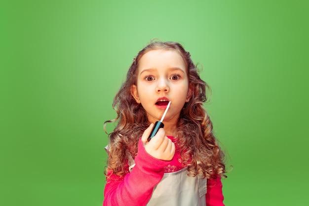 Lippenstift. meisje droomt van beroep van visagist. jeugd, planning, onderwijs en droomconcept. Gratis Foto