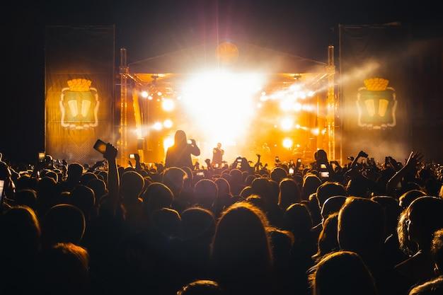 Live concert van de populaire russische rapzanger basta Premium Foto