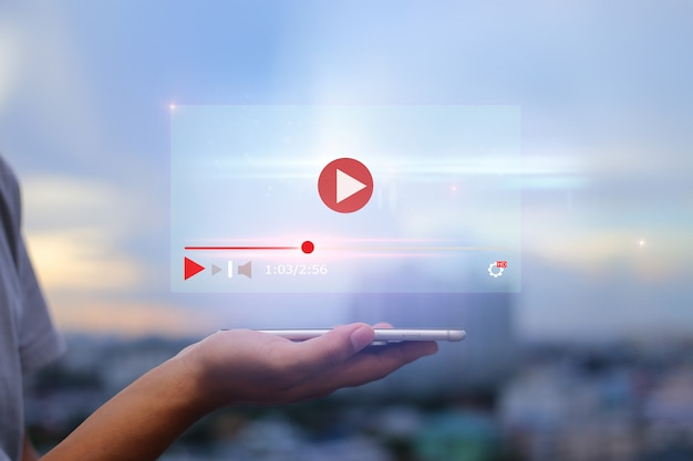 Live video-inhoud online streaming marketingconcept. hand met mobiele telefoon op wazig stedelijke stad Premium Foto
