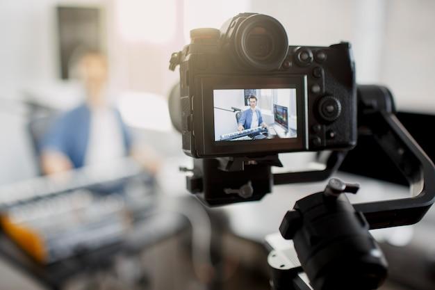 Live videoblogger leert hoe je muziektracks maakt Premium Foto