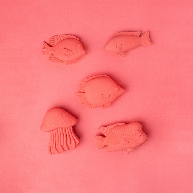 Living coral-concept. vissendiespeelgoed op zwart-wit levende koraalachtergrond wordt geplaatst die Premium Foto
