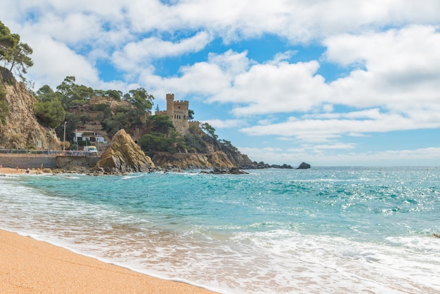 Lloret de mar castell plaja bij sa caleta-strand in costa brava van catalonië, spanje Premium Foto