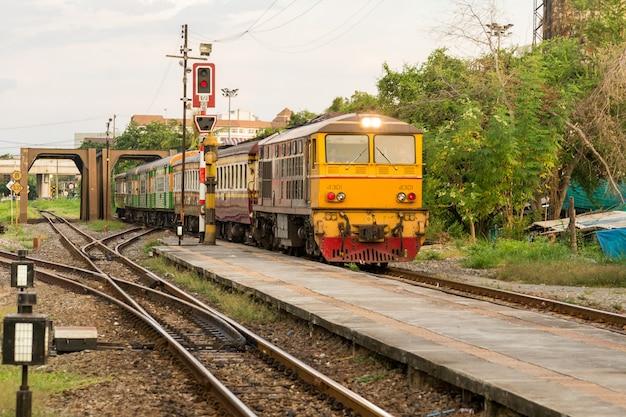 Locomotief trein op spoor van thailand gaat naar treinstation. vervoer passagier naar station. spoorlijnen op een groot treinstation. traditioneel vervoer. Premium Foto