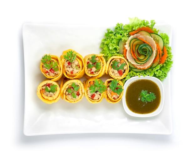 Loempia gevuld met kip, wortel ui en chili geserveerd chilisaus gekookt Premium Foto