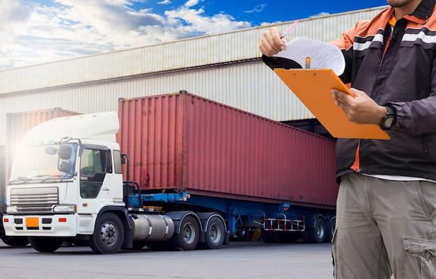 Logistiek en magazijn. magazijn-loader houdt een klembord vast Premium Foto